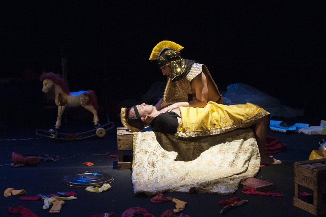 Liliade - Homère - Lucernaire - Antiquité - Théâtre - Paris - Rire - Spectacle - Epopée - Zeus - Ulysse - Troie - Poseidon - Syma News - Syma Mobile - Florence Yérémian Achille - Aphrodite - Dieu - Olympe