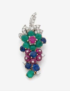 CARTIER, Clip de corsage «bouquet» serti d'émeraudes, diamants, rubis et saphirs, platine et or jaune, vers 1930