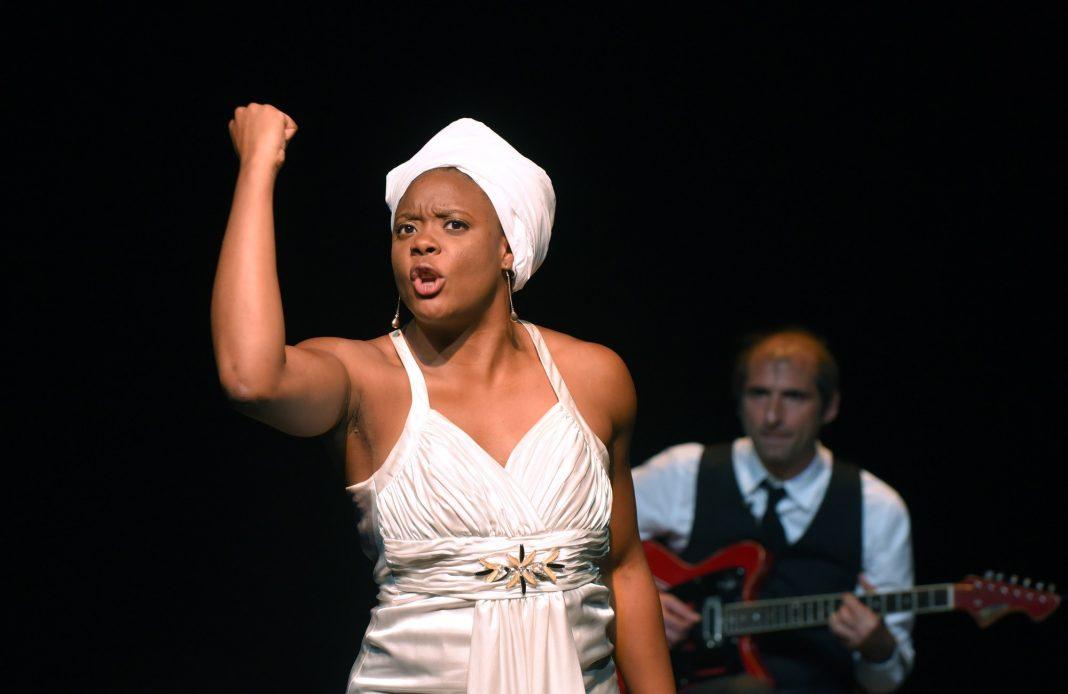 Portrait de Ludmilla en Nina Simone - David Lescot - Ludmilla Dabo - Theatre - Soul - Jazz - Diva - Chanson - SYMA News - Theatre de la ville - Espace Cardin - Florence Yeremian - Racisme - Afro-Américain - Ségrégation - USA
