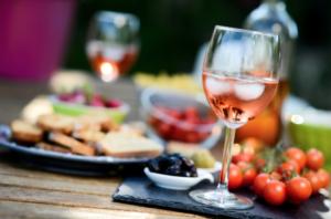 vin, vin blanc, rosé, sauvignon, piscine, dîner, apéro, apéritif, dîner entre amis, été, poisson, salade, fruits de mer, grillades, barbecue, Languedoc-Roussillon, Lemnos, vin grec, vins du monde, Bandol, accord mets vin, gastronomie, oenologie, art de vivre, symanews, mazarine yeremian